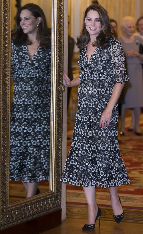 Kate Middleton con un vestido estampado durante una exposición de moda en Londres