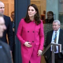 Kate Middleton con un abrigo rosa fucsia en su visita a Coventry