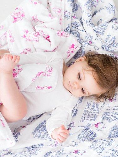 Mantita blanca con estampado rosa de 'Los Aristogatos' de Aden+Anais en colaboración con Disney Baby