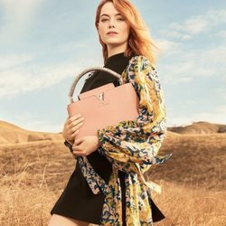 Emma Stone posa con un vestido de estampado de 'The Spirit of Travel' de Louis Vuitton