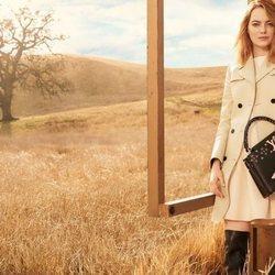 Emma Stone posa con un bolso shopper negro de 'The Spirit of Travel' de Louis Vuitton