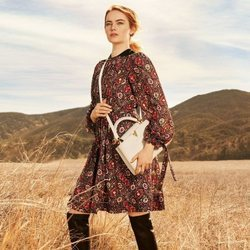 Emma Stone posa con el bolso Capucine de 'The Spirit of Travel' de Louis Vuitton