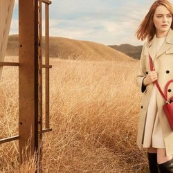 Emma Stone posa con un bolso rojo de 'The Spirit of Travel' de Louis Vuitton