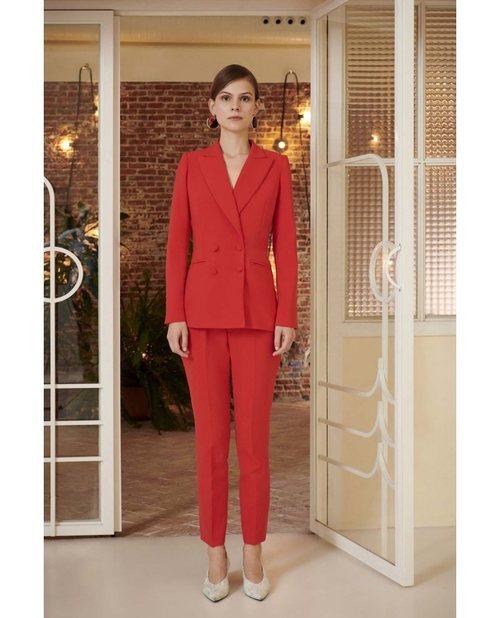 Traje en color rojo de la nueva colección primavera/verano 2018 de Dolores Promesas