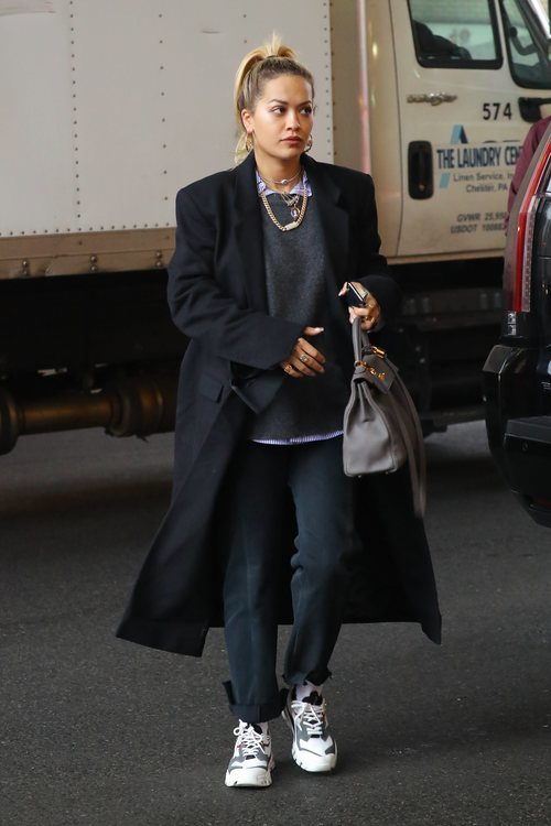 Rita Ora con un abrigo oversize  negro en Nueva York