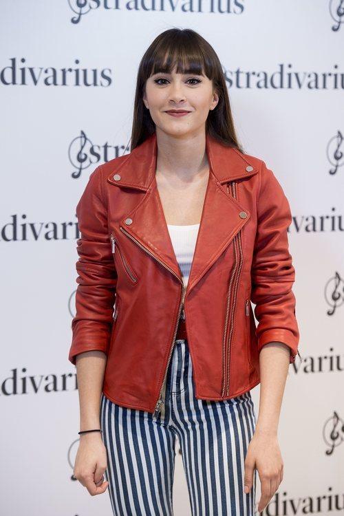 Aitana posando con una biker roja en su presentación como embajadora de Stradivarius