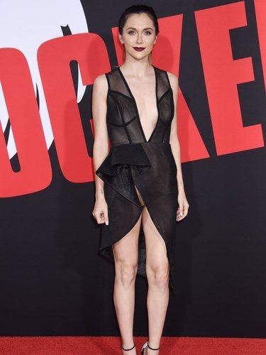Alyson Stoner con un vestido corto de aberturas en el estreno de 'Blockers'