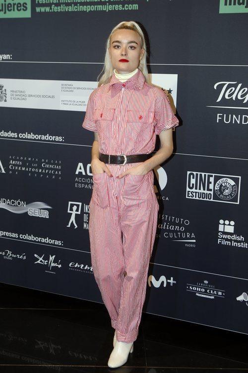 Cintia Lund con un mono rojo y blanco en el el estreno de un documental