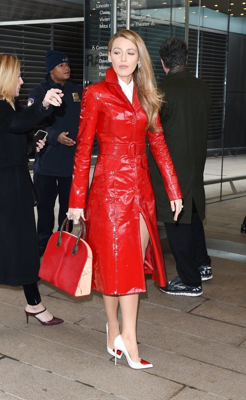Blake Lively con una gabardina roja en el desfile de Michael Kors New York Fashion Week