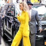 Blake Lively con un look total yellow en Nueva York