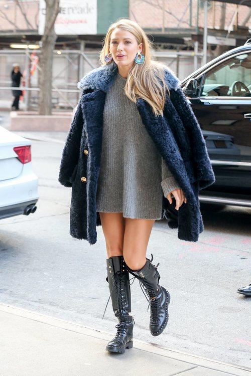 Blake Lively con un jersey gris oversize y un abrigo de pelo azul en Nueva York