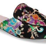 Zapato negro con estampado floral de colores de la nueva colección primavera/verano 2018 de la firma Carolina Boix