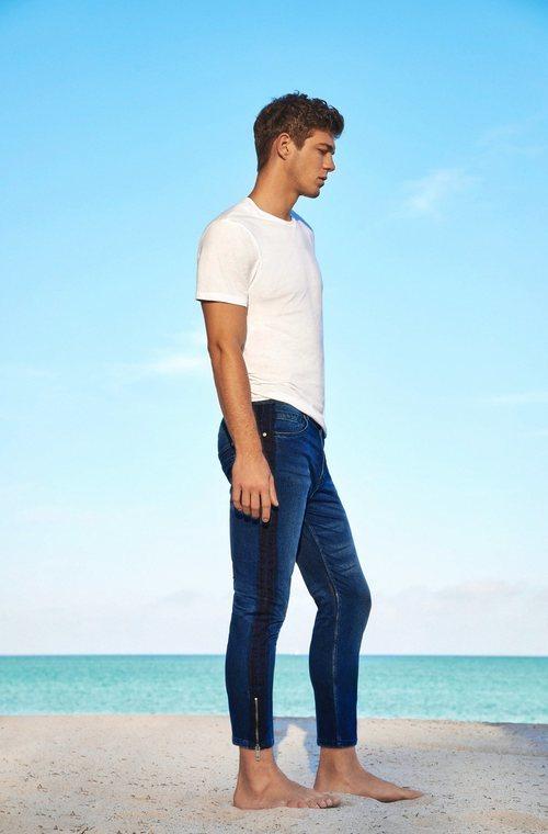 Jeans pitillo de hombre y básica blanca de Lefties para el verano 2018