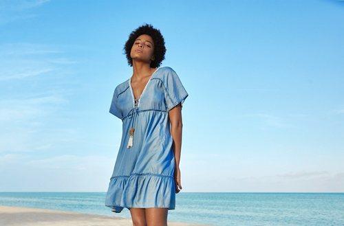 Vestido corto denim con detalles de cuerdas de Lefties para el verano 2018