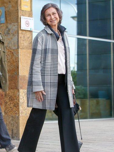 La Reina Sofía con un abrigo de Loro Piana saliendo del hospital tras visitar al Rey Juan Carlos