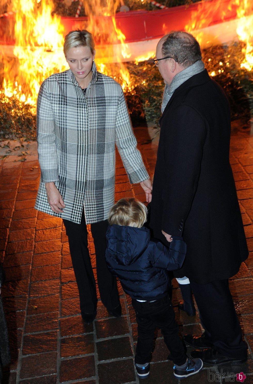 Charlene de Mónaco con un abrigo de cuadros en Santa Devota 2018