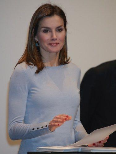 La Reina Letizia con unos pendientes solidarios de Coolook en la entrega de becas de La Caixa
