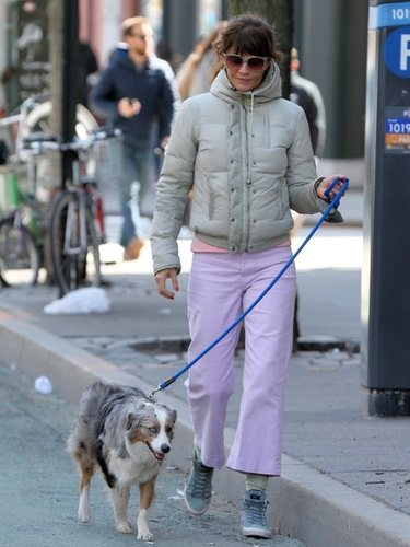 Helen Christensen paseando a su perro con uno de los peores looks de la semana