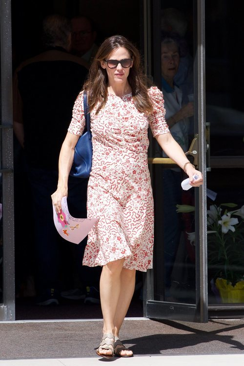 Jennifer Garner acude a la iglesia con un vestido nada favorecedor