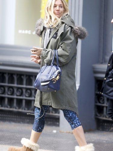 Sienna Miller sale a pasear con una combinación un poco extraña