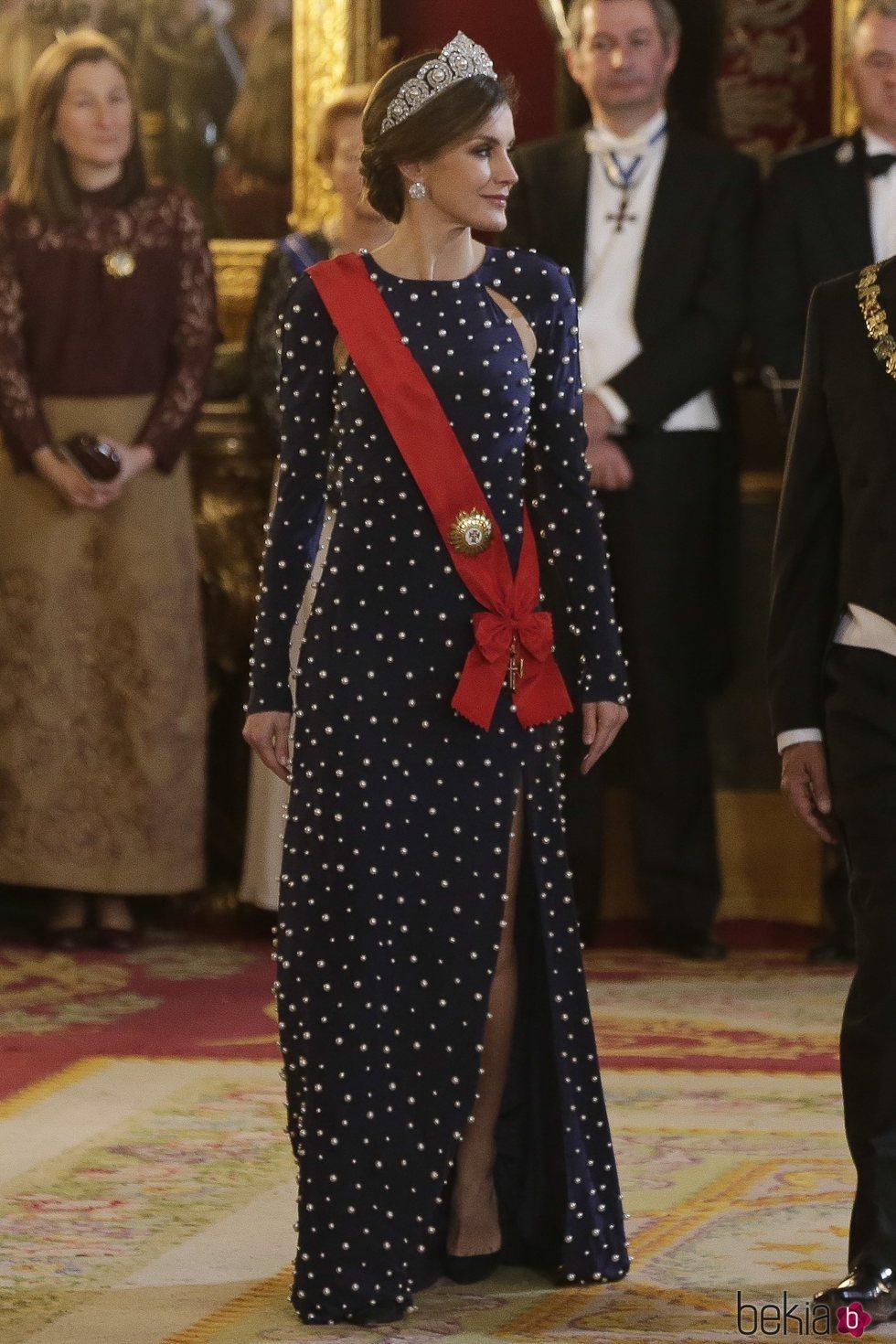 La Reina Letizia vestida de Ana Locking en la cena de gala en honor al presidente de Portugal