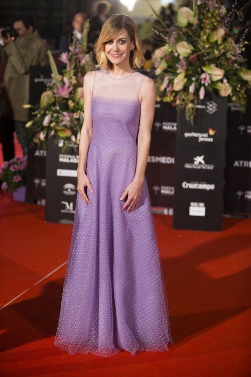 Alexandra Jiménez con un sencillo vestido violeta en el Festival de cine de Málaga