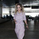 Rita Ora con un mono jacquard de color violeta tras el Coachella