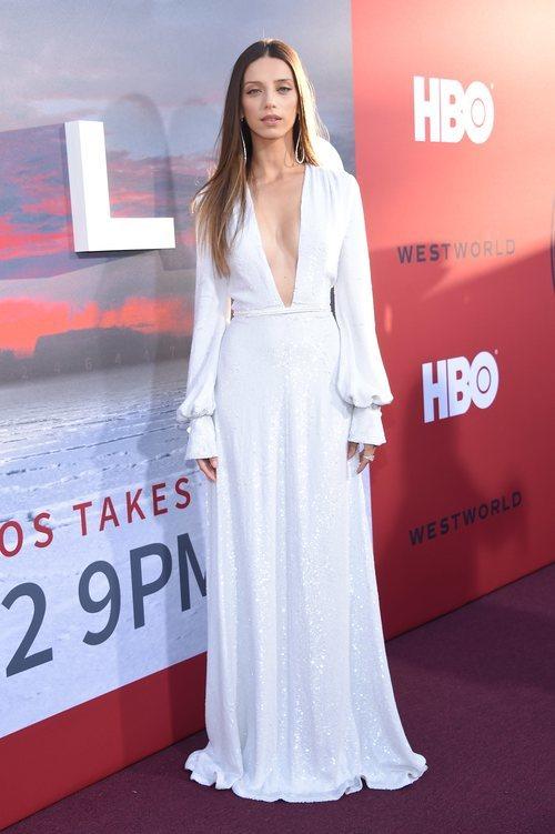 Angela Sarafyan con un vestido largo de color blanco brillante