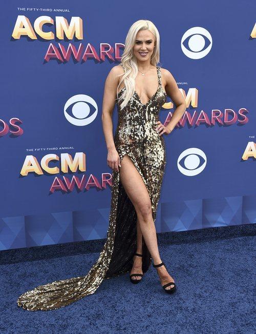 La luchadora Lana con un vestido dorado en la entrega de los premios AMC