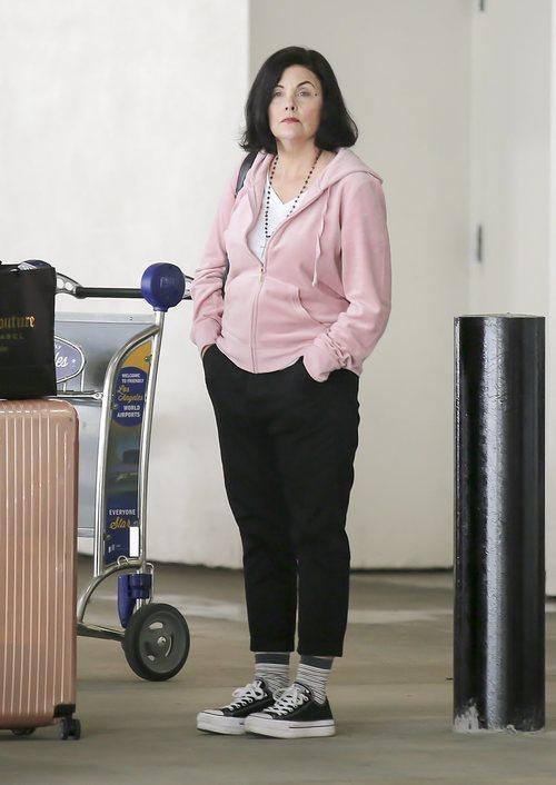 Sherilyn Fenn en chándal en el aeropuerto de Los Ángeles