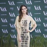 Sai Bennett con un vestido de canalé en el Museo V&A de Londres