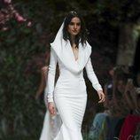 Vestido con capucha de la colección Atelier 2019 de Pronovias en la Barcelona Bridal Fashion Week 2018