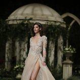 Vestido color marfil de la colección Atelier 2019 de Pronovias en la Barcelona Bridal Fashion Week 2018
