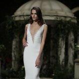 Vestido de corte recto de la colección Atelier 2019 de Pronovias en la Barcelona Bridal Fashion Week 2018