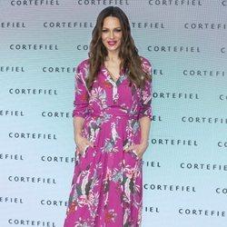 Eva González con un vestido fucshia y estampado floral en el photocall de la nueva campaña de Cortefiel 'Por si acaso' 2018