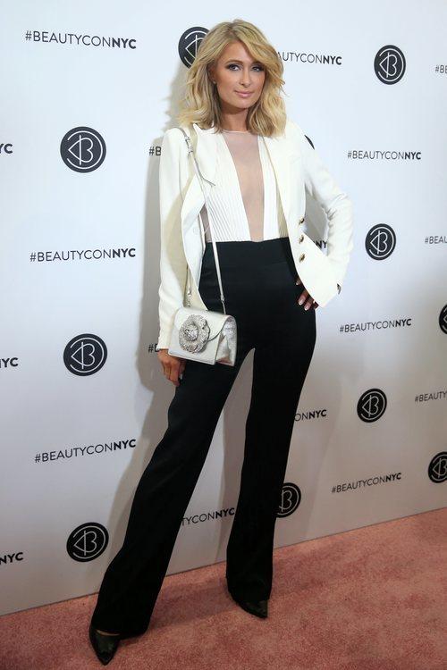 Paris Hilton con un traje bicolor en el photocall de la Beautycon en Nueva York 2018