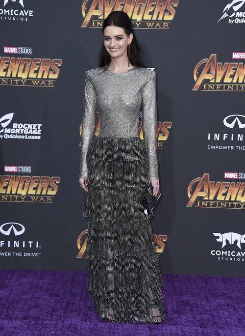 Lydia Hearst con un vestido plateado en la premiere  'Los Vengadores: Infinity War' 2018