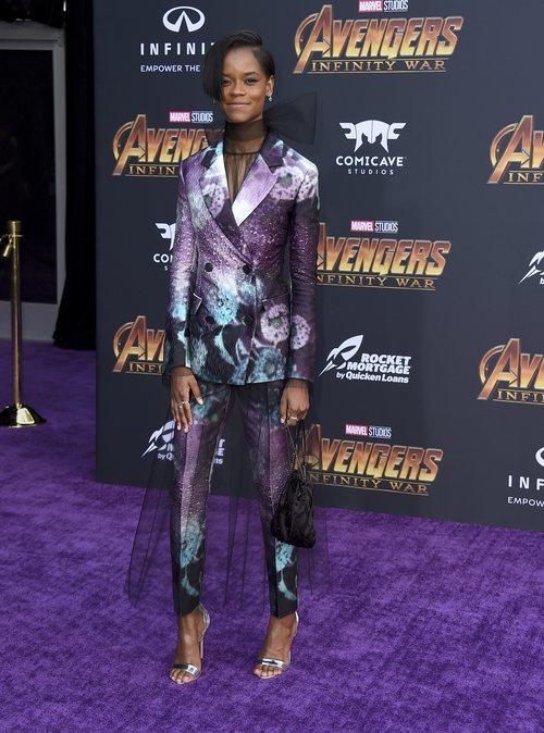Letitia Wright con un traje de colores en la premiere de  'Los Vengadores: Infinity War'  2018