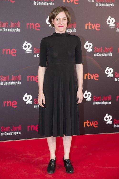 Carla Simón con un vestido negro en el photocall de los premios Sant Jordi 2018