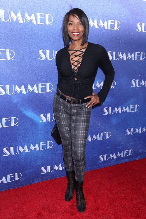 Vanessa Williams con un pantalón de cuadros en el estreno del musical 'The donna summer' 2018