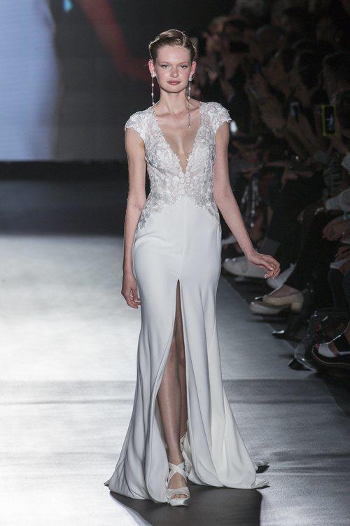 Vestido con escote profundo de Rosa Clará en la Barcelona Bridal Fashion Week 2018