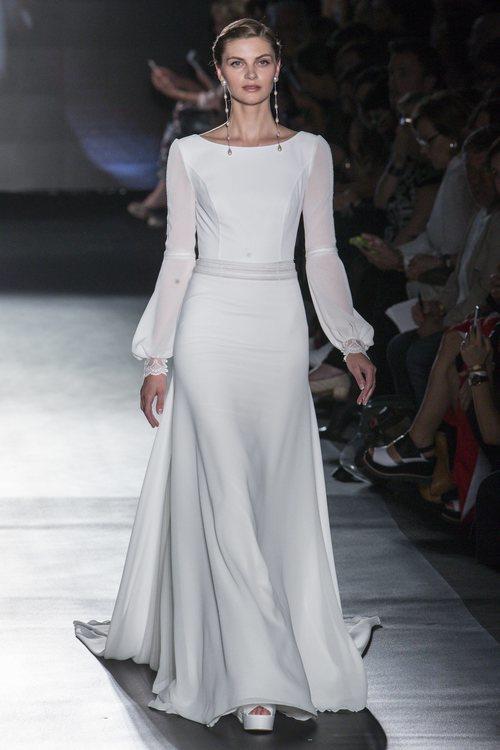 Vestido de novia con mangas de Rosa Clará en la Barcelona Bridal Fashion Week 2018