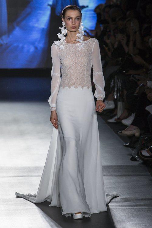 Vestido de cuerpo de tul y encaje de Rosa Clará en la Barcelona Bridal Fashion Week 2018