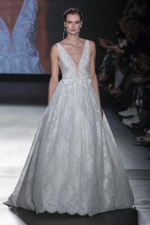 Vestido con falda voluminosa de Rosa Clará en la Barcelona Bridal Fashion Week 2018