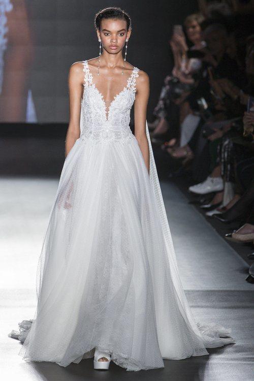 Vestido con cuerpo de flores de Rosa Clará en la Barcelona Bridal Fashion Week 2018