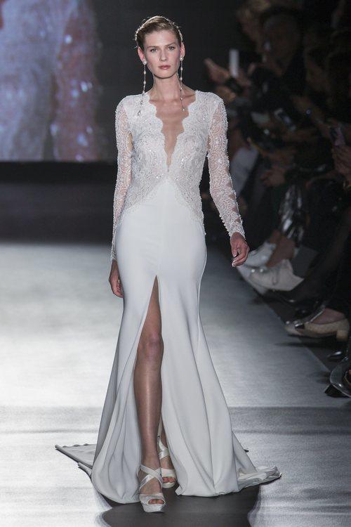 Vestido con abertura en la falda de Rosa Clará en la Barcelona Bridal Fashion Week 2018