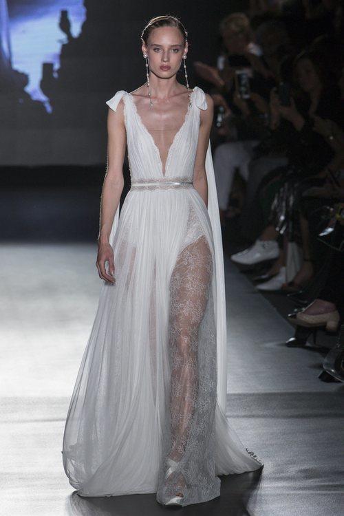 Vestido con transparencias y bordados de Rosa Clará en la Barcelona Bridal Fashion Week 2018