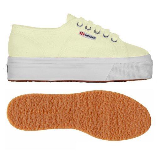 Zapatilla en color amarillo de la nueva línea pastel de Superga