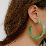 Pendiente de aro en color verde de la nueva colección de Alison Lou