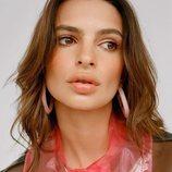 Emily Ratajkowski posa con el modelo rosa de la nueva colección de Alison Lou